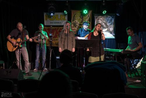 Zleva: Petr Hájíček + Petr Sitta + Verča Minaříková + Marek Gottlieb + Zdenka Nezbedová + Roman Petřík = Noaco z Litovle (Foto Rejka Balcarová)